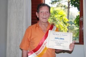 Clóvis Fava, tricampeão com o Aliados em 1953, com o diploma e a faixa do título, em foto de 2009